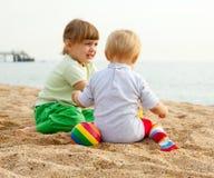 De meisjes spelen op het strand Royalty-vrije Stock Foto's