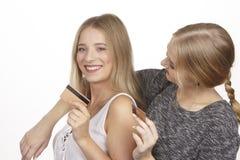 De meisjes spreken over zakgeld door gouden creditcard Stock Fotografie