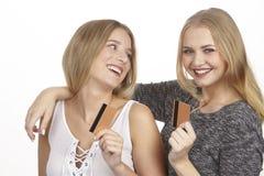De meisjes spreken over zakgeld door gouden creditcard Stock Foto
