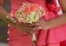 De meisjes van bruiden met de boeketten van de bruidholding Royalty-vrije Stock Afbeeldingen