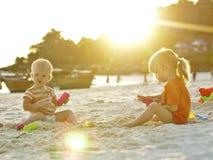 De meisjes van de baby spelen met zand Stock Fotografie
