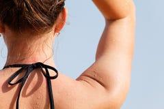 De meisjes van de hals en van schouders in bikinis Royalty-vrije Stock Fotografie