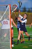 De meisjes van de lacrosse die op doel zijn ontsproten Royalty-vrije Stock Afbeeldingen