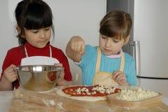 De meisjes van de pizza. stock afbeeldingen