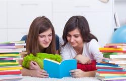 De meisjes van de tiener bestuderen samen Stock Foto's
