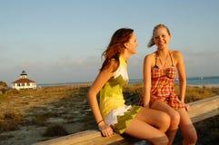 De meisjes van de tiener bij strand Stock Foto's