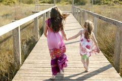 De meisjes van de tiener lopen openlucht bij het park Stock Afbeeldingen
