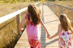 De meisjes van de tiener lopen openlucht bij het park Royalty-vrije Stock Fotografie