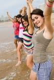 De meisjes van de tiener op strand Stock Afbeelding