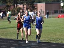 De Meisjes van de tiener in Spoor Over lange afstand rennen royalty-vrije stock foto