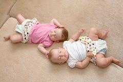 de meisjes van de tweelingenbaby het slapen Stock Foto