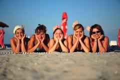 De meisjes van het strand - glimlachende gelukkige vrienden Stock Foto