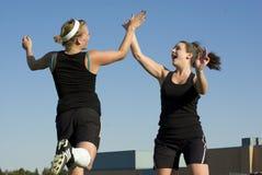 De Meisjes van het voetbal vieren met een hoogte vijf stock foto