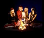De meisjes van Kerstmis bij kampvuur Royalty-vrije Stock Afbeelding