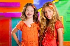 De meisjes van kinderenvrienden in vakantie bij tropisch kleurrijk huis Stock Fotografie