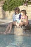 De Meisjes van Poolside Royalty-vrije Stock Foto