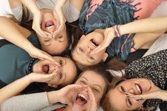 De meisjes zijn gelukkig in de school Royalty-vrije Stock Afbeeldingen