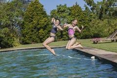 De meisjes zwemmen Poolpret Stock Afbeeldingen