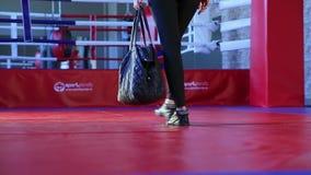 De meisjesatleet gaat naar de het In dozen doen gymnastiek stock video