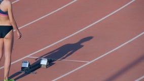 De meisjesatleet wacht op begin van ras in 400 meters stock footage