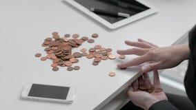 De meisjesbankier berekent ijzermuntstukken op witte Desktop stock footage