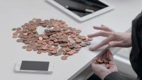 De meisjesbankier berekent ijzermuntstukken op witte Desktop stock videobeelden