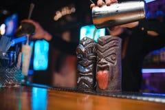 De meisjesbarman bereidt een cocktail in de nachtclub voor stock foto's