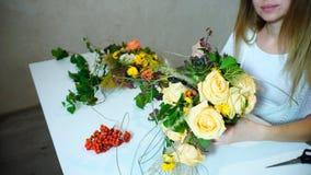 De meisjesbloemist neemt bloemen voor bruid` s boeket op en creeert FL royalty-vrije stock foto