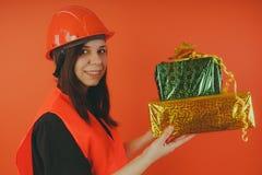 De meisjesbouwer met stelt ter beschikking voor, het concept cashback, gift met aankoop of korting stock foto