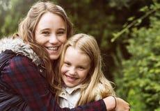 De Meisjesconcept van zusterhug togetherness outdoors royalty-vrije stock foto's