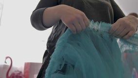 De meisjesdecorateur maakt zijn decoratie van de handenrand voor decoratie recht Close-up van de handen van de decorateur stock video