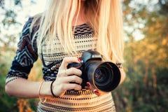 De meisjesfotograaf houdt de camera en Nikkor van Nikon D610 50mm f/1 4G lens stock foto