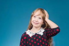 De meisjesglimlachen die een hand houden het hoofd Royalty-vrije Stock Afbeeldingen