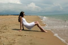 De meisjeslooppas langs het strand royalty-vrije stock foto's
