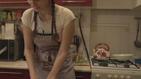 De meisjesmaitresse sneed maaltijd in de keuken stock footage
