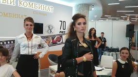 De meisjesmodellen tonen juwelen van amber worden gemaakt die stock video