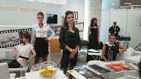 De meisjesmodellen tonen juwelen van amber worden gemaakt die stock footage