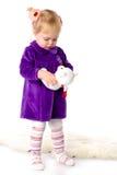 De meisjespelen met een teddybeer Stock Foto