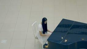 De meisjespianist die de piano spelen 4K stock footage
