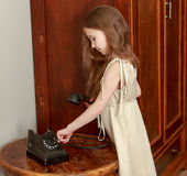 De meisjesringen op de oude telefoon Stock Afbeelding