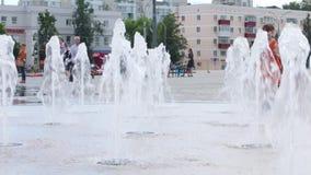 De meisjesrolschaatsen in droge fontein, Nieuw licht en muziekfontein in werden Permanent binnen geopend stock footage