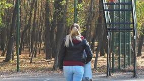 De meisjesschaatser gaat weg stock footage