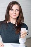 De meisjessecretaresse houdt adreskaartje het glimlachen stand royalty-vrije stock foto's