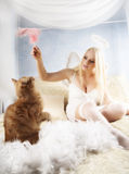 De meisjesspelen met een katje Royalty-vrije Stock Fotografie
