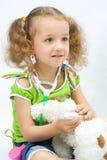 De meisjesspelen met stuk speelgoed hulpmiddelen stock afbeeldingen