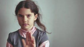 De meisjestiener geen gebaar schudt haar hoofd, ontkennend de ontevreden oppositie stock video