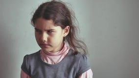 De meisjestiener geen gebaar schudt haar hoofd, ontzeggend oppositie ontevreden stock footage