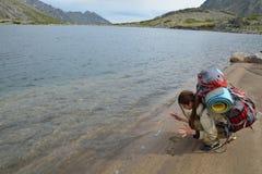 De meisjestoerist gaat handprints op de zandige kust van een berg weg Royalty-vrije Stock Foto's