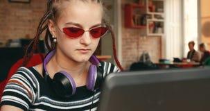 De meisjeswerken aangaande Project stock video