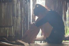 De meisjeszitting bij het oude plattelandshuisje Met spanning, Sociale kwesties, stock afbeelding